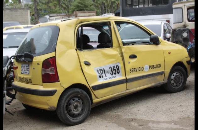 El taxi con el que chocó John Támara cuando iba en su moto, en Ternera, quedó destrozado por un costado. John murió en ese accidente.