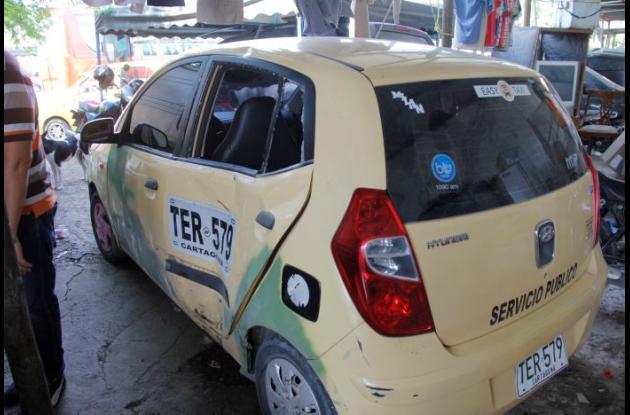 Taxi con el que chocó Ramón Ariza cuando iba en su moto por la vía principal de El Pozón. El joven, de 19 años, murió.