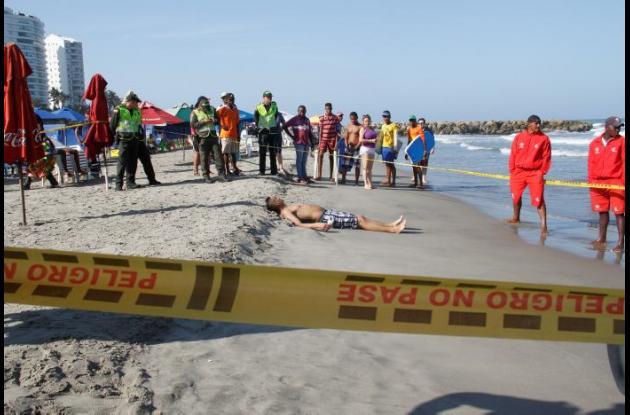 El turista bogotano César González se ahogó ayer en la madrugada. Miembros del Cuerpo de Salvavidas empezaron una búsqueda, hallando el cadáver de este flotando, a las 8:30 de la mañana.
