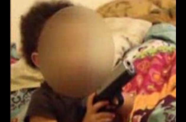 Imagen del video en el que la bebé juega con el arma.
