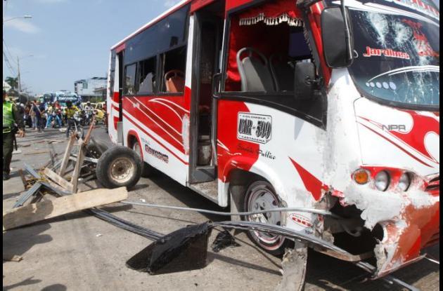 Varias personas intentaron quemar buseta que arrolló a hombre en la Avenida Pedro de Heredia, pero la Policía lo evitó.