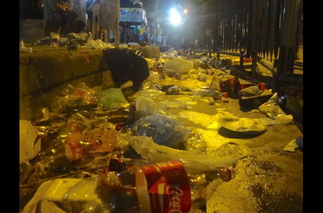 Residuos en las calle de Barranquilla en la noche de Guacherna. basura barranquilla carnaval 2015