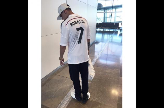 Kevin Roldán con la camiseta del Real Madrid autografiada por CR7.