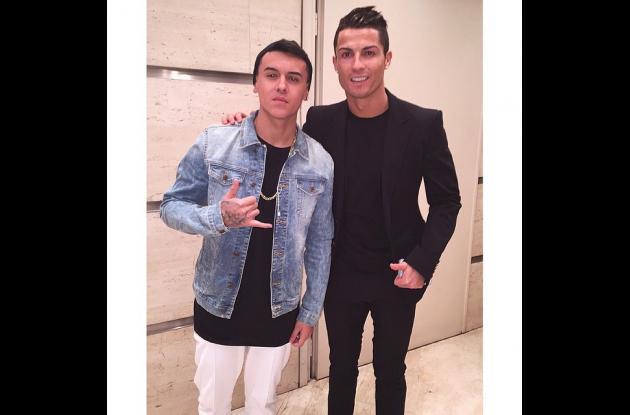 Kevin Roldán junto a Cristiano Ronaldo.