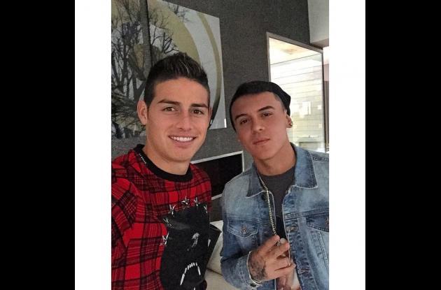 Kevin Roldán junto a James Rodríguez.