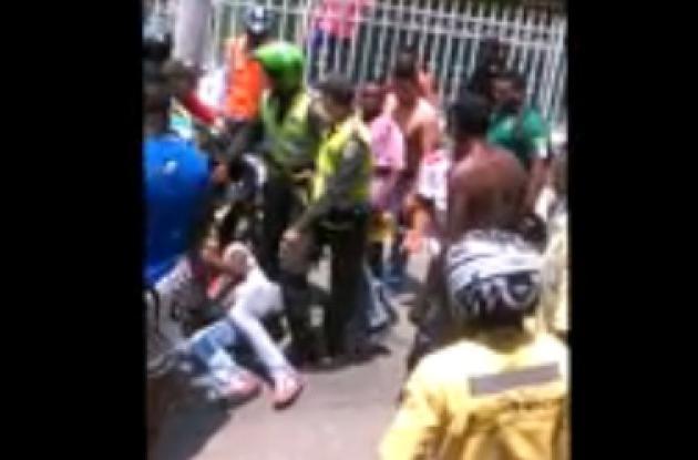 En el video aficionado se ve cómo agreden al presunto atracador. Instantes antes, la comunidad quemó la moto en la que iba este.