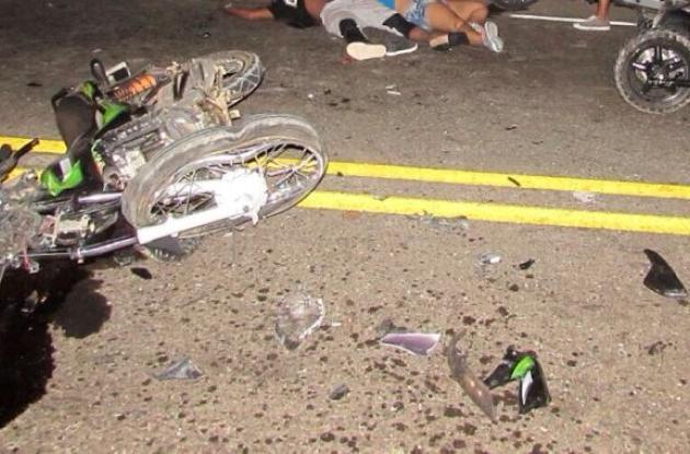 El accidente ocurrió el domingo en la vía La Cordialidad. Dos hombres murieron y una mujer salió herida.