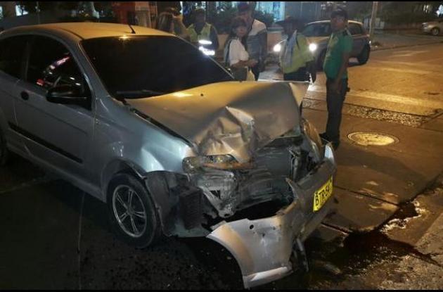 El martes en la noche, una mujer salió lesionada en el choque entre un taxi y un vehículo particular. El hecho sucedió en Bocagrande y la afectada fue llevada al hospital del barrio. Por fortuna no sufrió lesiones graves. Se cree que el accidente ocurrió porque la conductora del carro particular, presuntamente, cometió una imprudencia al volante.