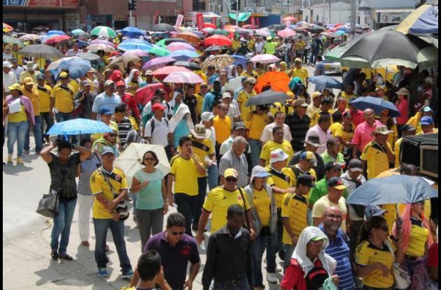 """Una gran """"mancha"""" amarilla formaron los docentes durante la movilización, portando camisetas que identifican a la selección Colombia."""