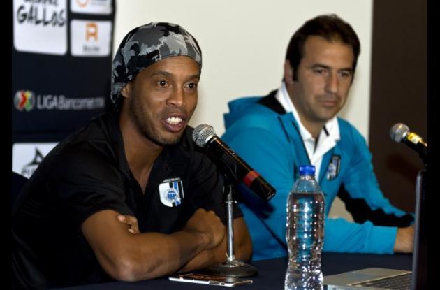Ronaldinho negó que se fuera a retirar del fútbol profesional.