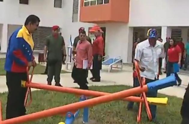 Nicolás Maduro jugando al sube y baja con el Alcalde del municipio Libertador.