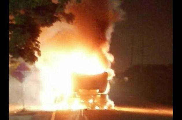 Gabriel Cervantes murió al ser arrollado por un camión de la empresa Pacaribe mientras iba en su moto. En represalia, la comunidad quemó el vehículo recolector de basuras.