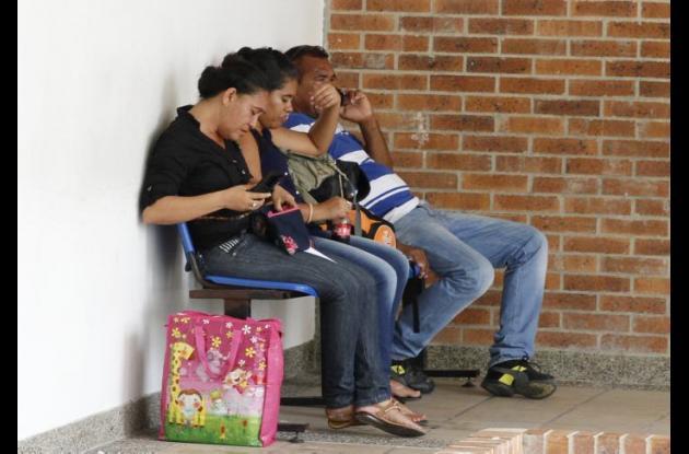 Parientes de Brayan Tovar Chamorro, quien murió en una clínica en Cartagena luego de caer de una tractomula en San Juan Nepomuceno, sobre la Troncal de Occidente.