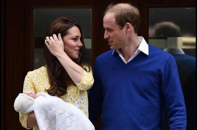 La princesa Carlota Isabel Diana con sus padres los duques de Cambridge.