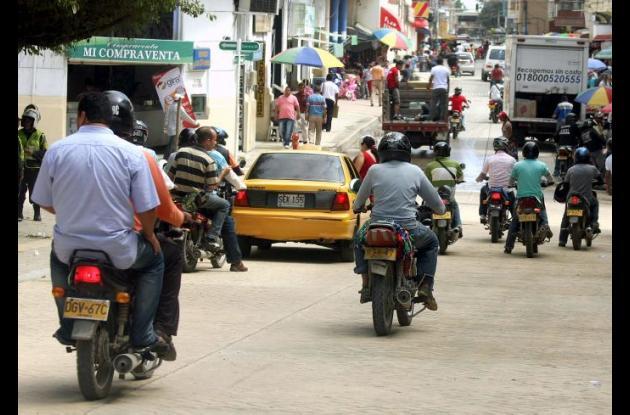 Los controles de las autoridades de tránsito sobre la circulación de motos con parrilleros en horas nocturnas han aumentado.