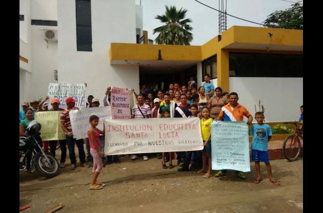 Protesta de los padres de familia y estudiantes en Córdoba, Bolívar.