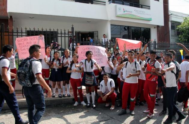 Protesta de los estudiantes de undécimo grado de la I.E. 20 de Enero en Sincelejo.