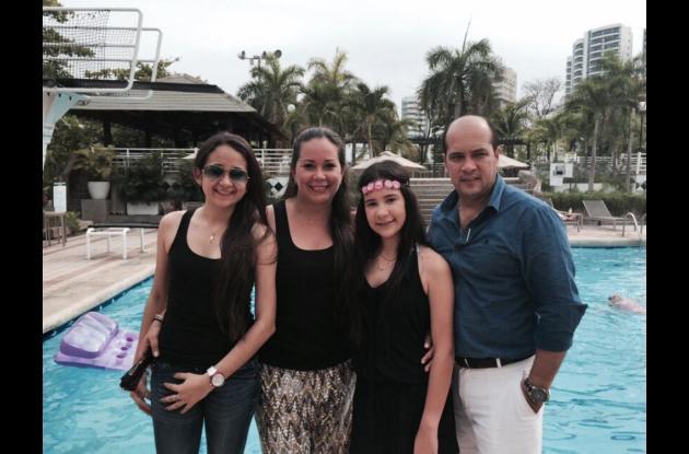 Susana Fortich, Susana Saravia de Noriega, Silvana Noriega y Armando Noriega.