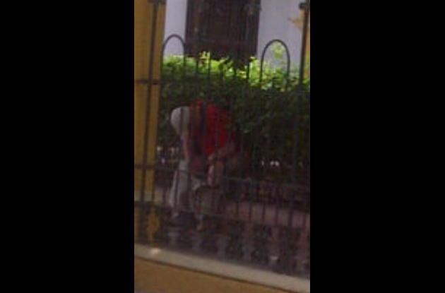 Hombre defeca en centro turístico de cartagena
