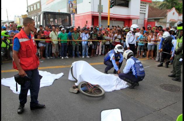 Un ciclista murió al ser arrollado por las llantas traseras de un bus en el Pie de La Popa.