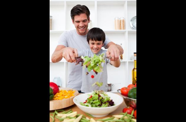 Llene su despensa de alimentos saludables como frutas y vegetales. Enseñe a sus hijos a tener una buena nutrición desde pequeños.