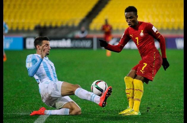 Jugadores de la selecciones sub 20 de Ghana y Argentina disputan el balón durante el partido.