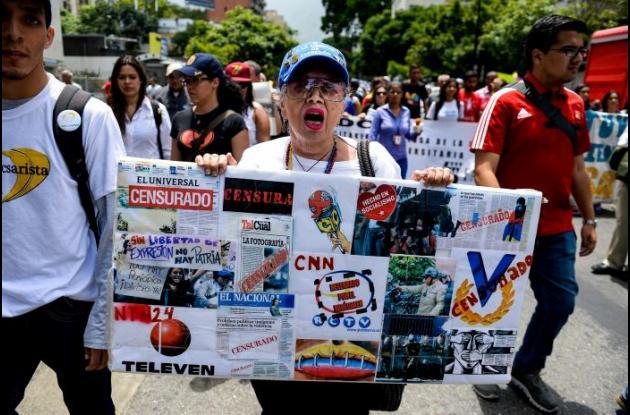 Periodistas venezolanos marchan para pedir libertad de expresión por parte de su Gobierno.