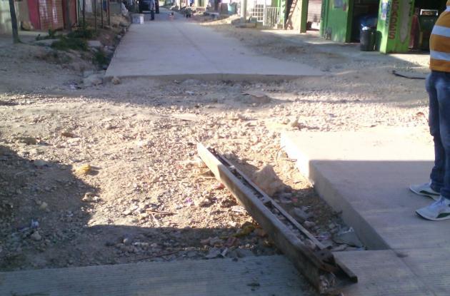 Obras de pavimentación en la calle Las Flores del sector 20 de enero de El Pozón.