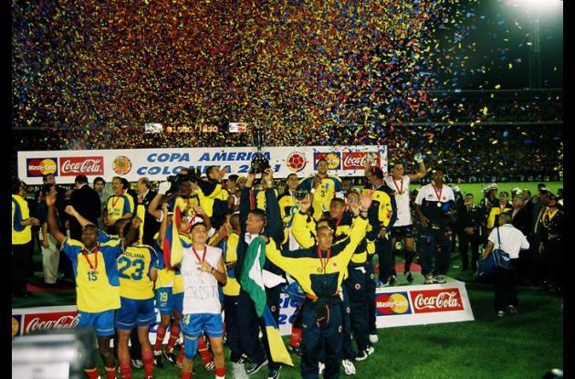 La Selección Colombia levanta el trofeo de la Copa América 2001.