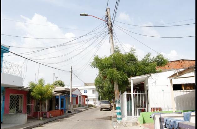 Poste en mal estado en la calle San Roque de El Bosque.