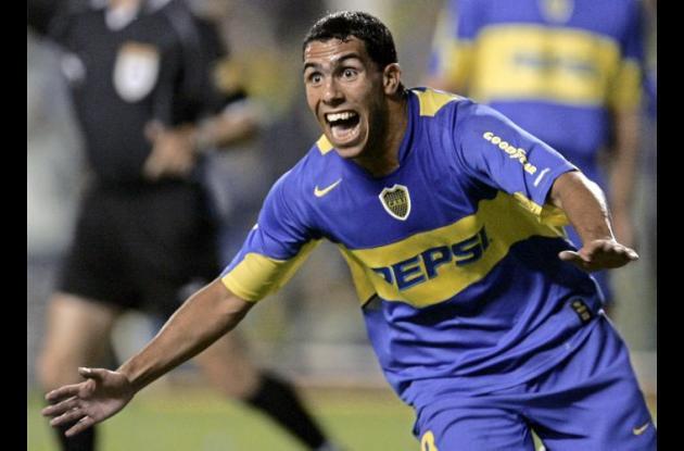 Carlos Tevez celebra un gol con la camiseta de Boca Juniors.