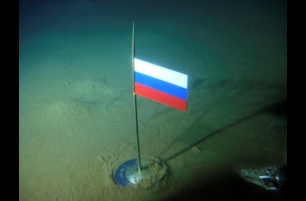 Una bandera rusa ubicada en el fondo del Océano Ártico.
