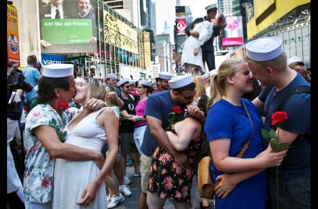 Parejas recrearon el célebre beso de Times Square.