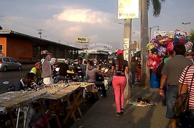 Vendedores ambulantes invaden espacio peatonal y vehicular en La Castellana.
