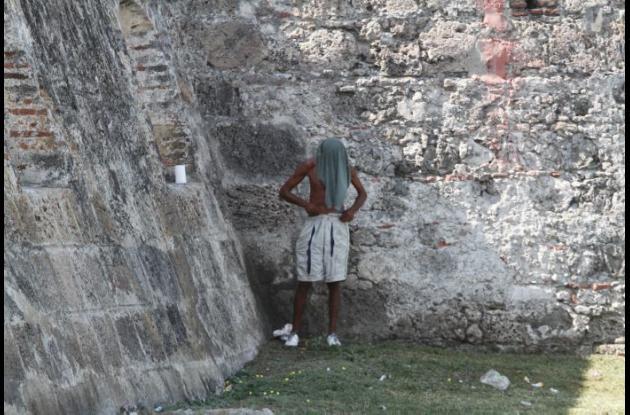 Falta de civismo, orinando en murallas