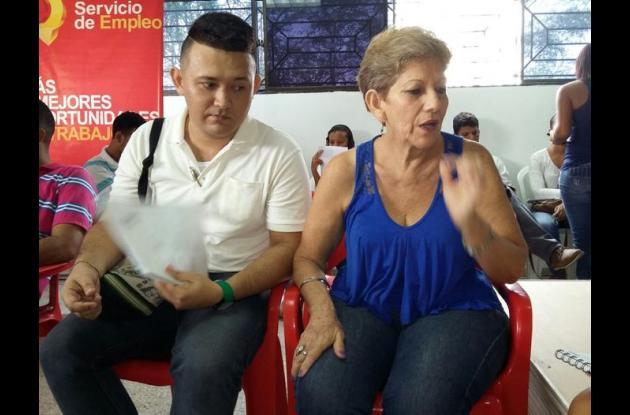 Cristián Cabrera Jacobo tiene discapacidad auditiva. Estudió Gestión Empresarial. A la feria del empleo asistió acompañado de su madre, Carmenza Jacobo Gutiérrez.