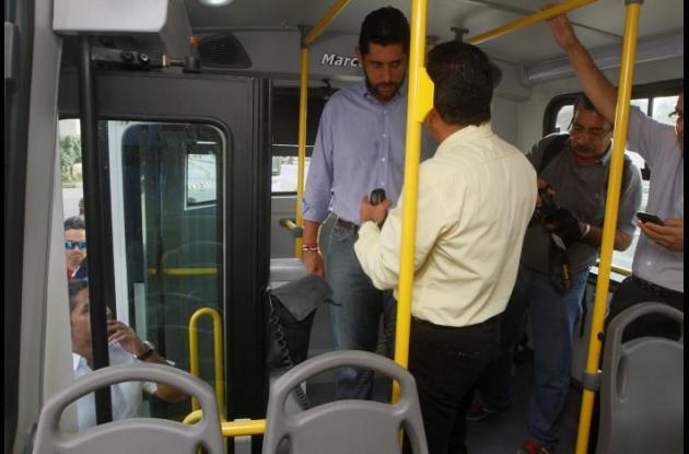 El alcalde Dionisio Vélez en una de las pruebas que se ha realizado con buses articulados en la ciudad.