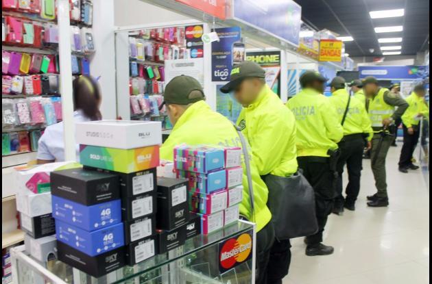Miembros de la Sijín, en coordinación con la Fiscalía General, revisaron 122 locales en los que venden y compran celulares. En medio de las acciones, la Policía se incautó de 149 celulares.