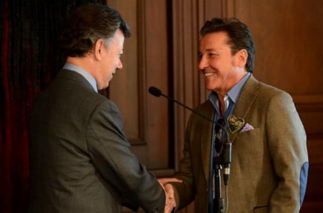 Ricardo Montaner saluda al presidente colombiano, Juan Manuel Santos, al otorgarle la nacionalidad colombiana al artista.