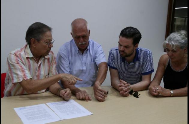 En la foto: Hernando Osorio, Peter Putker, Roderick Putker y Miriam Putker. El abogado Osorio muestra las lesiones que tiene Peter en las muñecas. Dice que no son rasguños, sino magulladuras causadas por los elementos con los que lo ataron los atracadores.