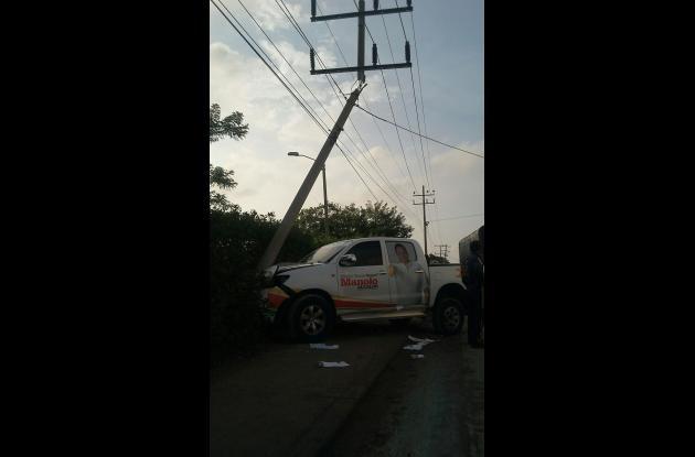 Choque de vehículo contra poste de energía