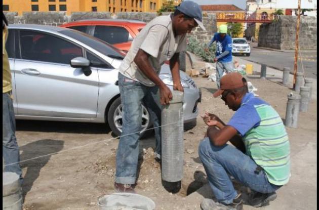 Hace tres semanas se realizó la instalación de bolardos para impedir el parqueo de carros en zonas aledañas a las murallas.