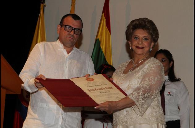 La presidenta de la Cruz Roja en Bolívar, Judith de Álvarez, recibió la condecoración en nombre de su equipo.