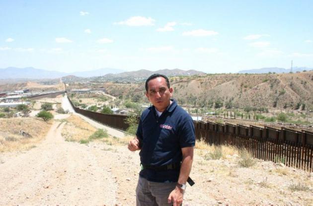 Rafael Navarro mientras hace un reportaje sobre los peligros a los que deben enfrentarse los inmigrantes centroamericanos que pasan por el desierto de Arizona.