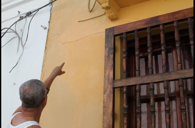 Grieta en la fachada de la residencia de Álvaro Bru.