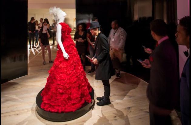 exposición del museo SCAD FASH de Atlanta presenta más de 80 modelos de Oscar de la Renta.