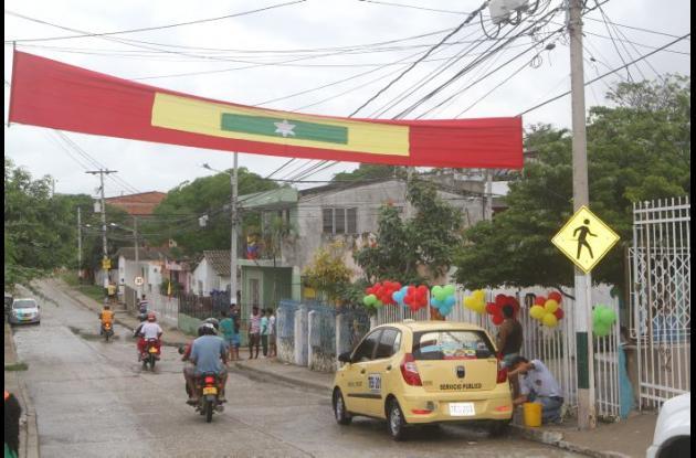 La izada de banderas se realiza a las 5 de la mañana junto a un mariachi.