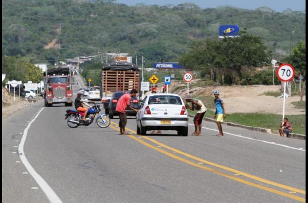 Exponiéndose al peligro, muchos jóvenes hacen retenes en las carreteras nacionales. En la vía del Mar es común ver este tipo de acciones.