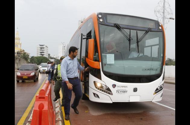 El alcalde de Cartagena, Dionisio Vélez Trujillo, subiendo a un bus articulado de Transcaribe.