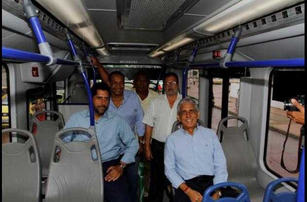 El alcalde de Cartagena, Dionisio Vélez Trujillo, y otros funcionarios de su administración y de Transcaribe, posando dentro de uno de los buses articulados.